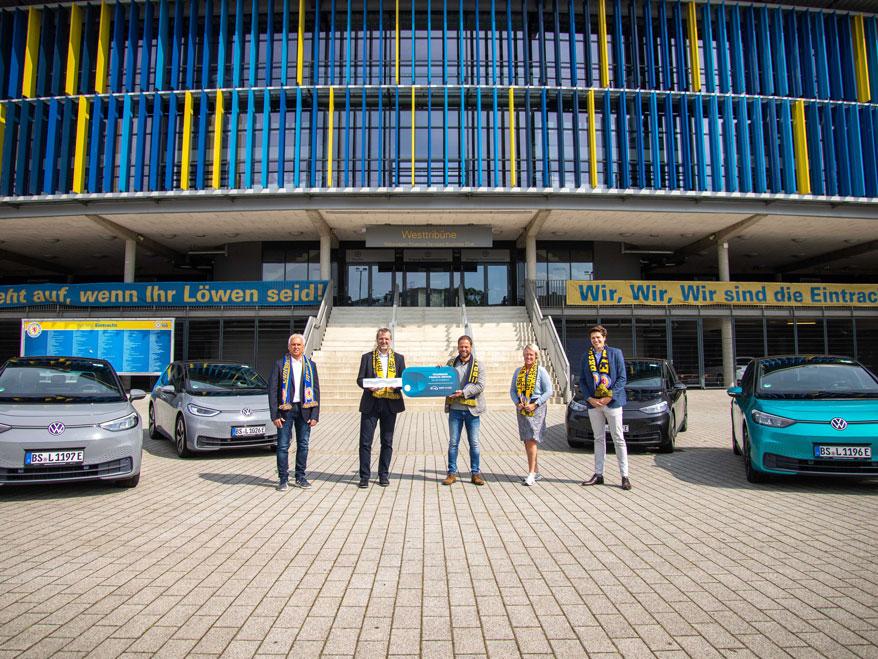 Volkswagen ID.3 Übergabe durch Gerhard Künne und Benedikt Middendorf an Eintracht Braunschweig vorm Station