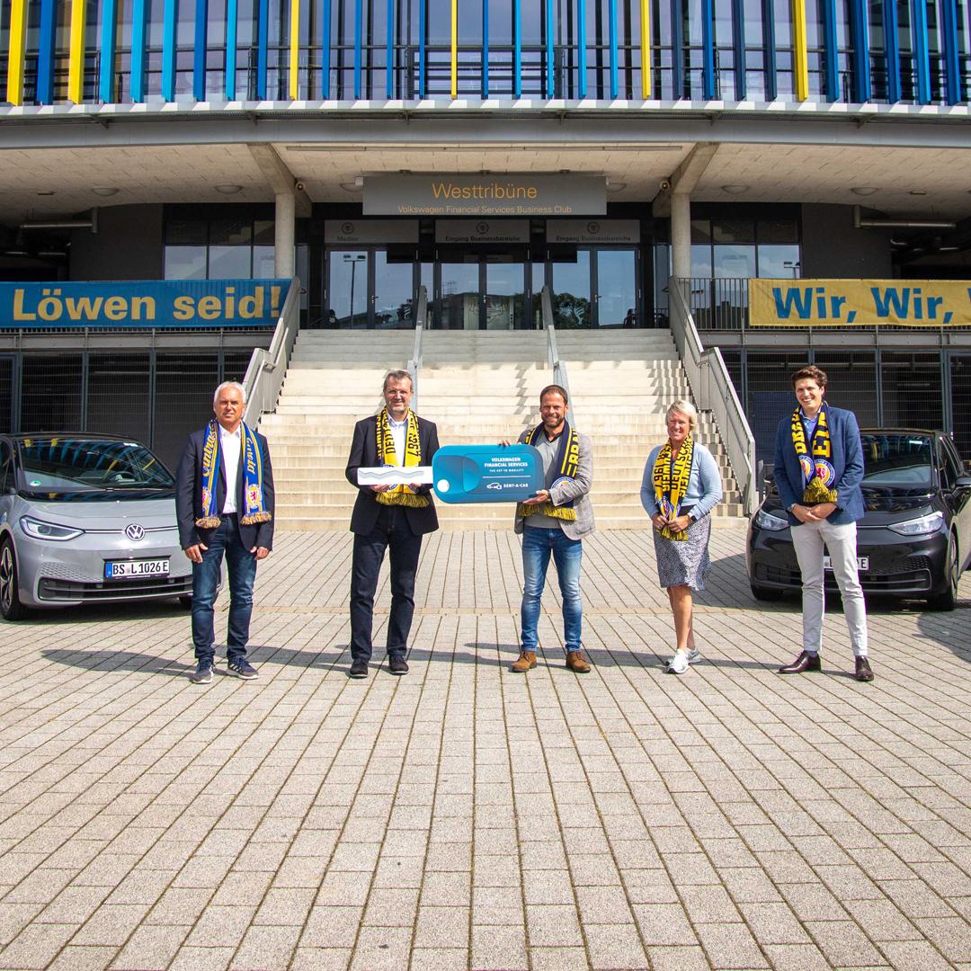 Übergabe von Elektrofahrzeugen an Eintracht Braunschweig